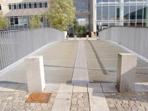 """Es gibt mehrere dieser """"Gitterbrücken"""", aber nur diese hat einen extra Streifen in der Mitte, auf dem man auch laufen kann wenn man hohe Schuhe anhat. Ich habe heute ausprobiert auch über eine Brücke ohne Streifen zu laufen - mit hohen Schuhe..."""